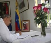 01 firma del libro de condolencias (embajador de Nicaragua en Cuba)