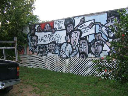 Mural pintado por grafiteros a la entrada del campamento