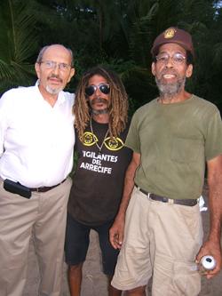 A la izquierda, Salvador Tió, junto a Pichi (o El Erizo)  y, en el extremo derecho, Manny, activo colaborador en  tareas del campamento.