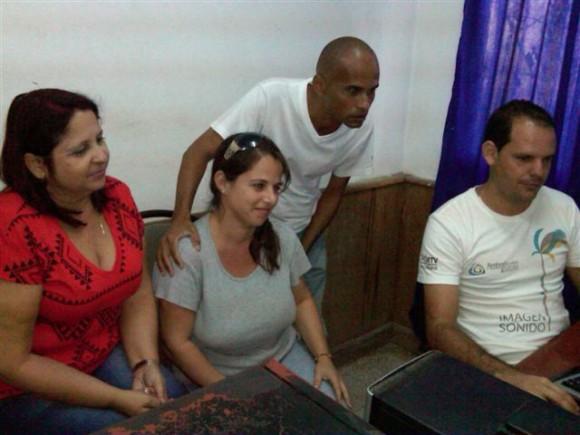 De izquierda a derecha: Margarita García(asesora),Yanisleidy López (asesora) Eddys Crespo (director) y Julio Castellanos (editor), equipo  que realiza Fresco y sin cortar