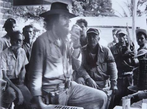 Camilo personalmente conmina a los sitiados a la rendición. Foto: Perfecto Romero