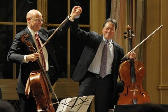 Carlos Prieto a la izquierda, junto a Yo-Yo Ma.