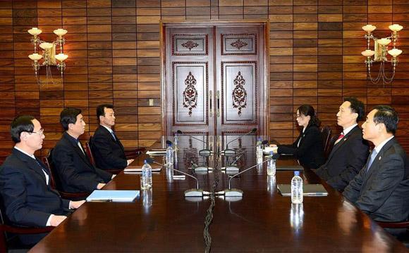 Lee Duck Hang (2-d), jefe de la delegación de Corea del Sur. Park Yong-Il (2-i), Jefe de la Delegación de Corea del Norte. Foto: EFE.