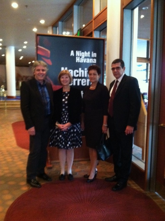 El Embajador cubano (2do a la derecha) a la entrada del teatro de Minnesota. Foto: SICW / Cubadebate