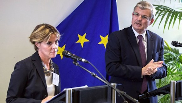 El comisario europeo de Salud, Tonio Borg, (derecha), y la ministra de Salud de Italia, Beatrice Lorenzin, durante una reunión de alto nivel sobre el Ébola en Bruselas este jueves. Foto: Ap.