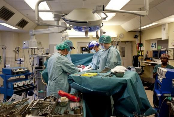 En imagen de la Universidad de Gotemburgo, médicos suecos realizan un trasplante de útero en abril pasado. Foto: Ap.