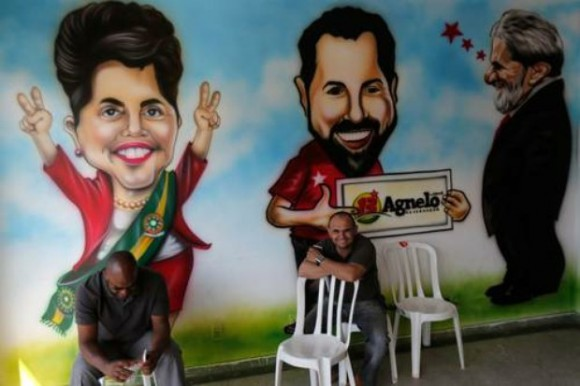 En la sede del comité electoral del PT luce este mural con caricaturas de la presidenta Dilma Rousseff; el gobernador de Brasilia, Agnelo Queiros, y el ex mandatario Luiz Inacio Lula da Silva. Foto: Ap.