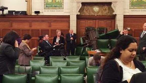 Miembros del Partido Conservador se encierran en una de las salas del Parlamento poco después del comienzo del tiroteo. Foto: EFE.