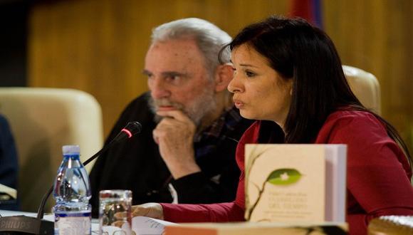 Fidel Castro presenta el libro de memorias Guerrillero del tiempo, de Katiuska Blanco, que recoge las conversaciones del líder de la Revolución con la periodista y escritora. Foto Alex Castro/Cubadebate (Archivo, Febrero de 2012).