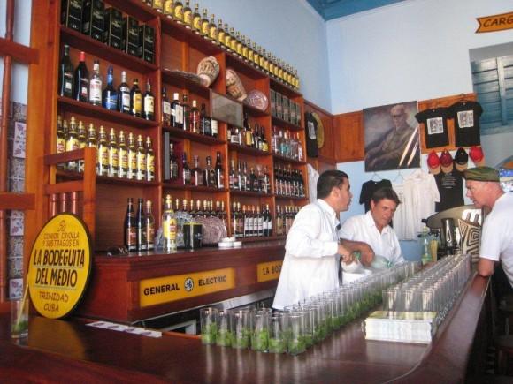Fila de Mojitos en la Bodeguita del Medio de Trinidad. Foto: Betsy Olivares Betancourt/ Archivo de Cubadebate.