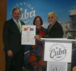 Georges Massard, presidente del Mundo Diplomático, entrega el diploma de Honor al embajador cubano, junto a Dulce María Sánchez, consejera directora de Turismo de Cuba en España.
