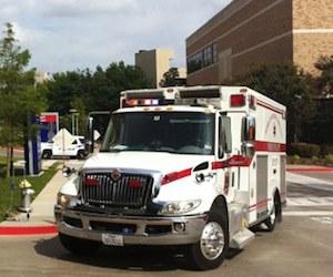 Un vehículo de emergencia llega al hospital Presbiteriano de Dallas para trasladar a un paciente con signos y síntomas de Ébola. Foto: Ap.