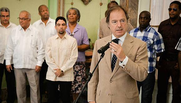 Vicecanciller británico Hugo Swire durante un encuentro bilateral en La Habana (AFP)