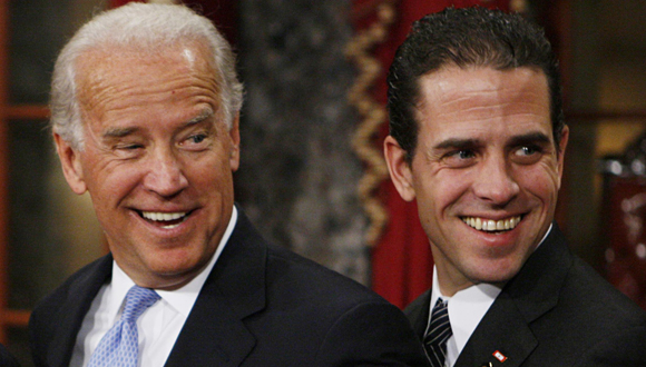 A la izquierda, Joe Biden, vicepresidente de los EEUU. Hunter Biden, su hijo, a la derecha. Foto tomada de The Guardian