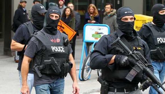 Policías armados siguen buscando otros posibles atacantes. Foto: EFE.