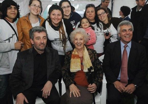 La titular de la asociación Abuelas de Plaza de Mayo, Estela de Carlotto y su nieto Ignacio Guido Montoya Carlotto, en imagen del 22 de septiembre de 2014. Foto: Xinhua.
