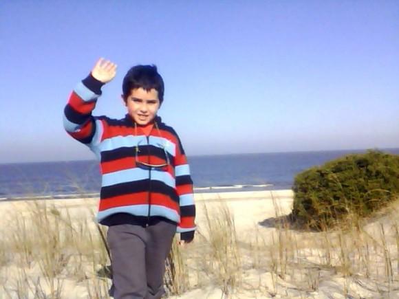 El niño maurito en los médanos de arena en el Balneario El Pinar, ciudad de la costa en Uruguay. Foto: Mauricio Grimberg Ureta / Cubadebate