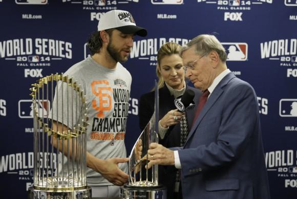 El Comisionado de la MLB Bud Selig premia al picher de los Gigantes de San Francisco Madison Bumgarner como el MVP de la Final