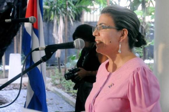 Kenia Serrano Puig, presidenta del Instituto Cubano de Amistad con los Pueblos (ICAP), durante el acto de entrega de la Medalla de la Amistad a Alicia Jrapko y William (Bill) Hackwell, del Comité de Solidaridad con Los Cinco, realizado en la sede del ICAP, en La Habana, Cuba, el 2 de octubre de 2014 . AIN FOTO/Oriol de la Cruz ATENCIO / Cubadebate