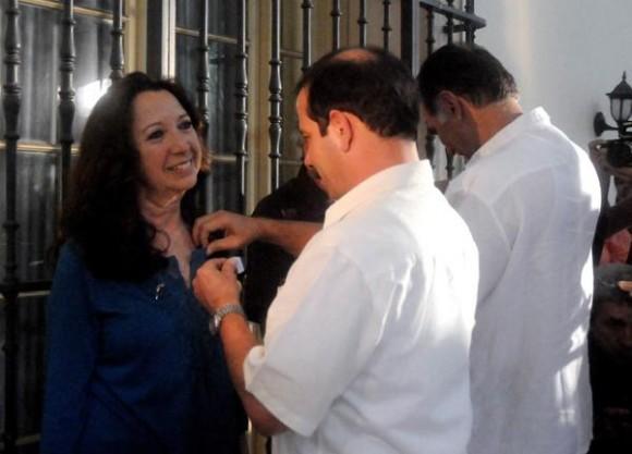Fernando González Llort (D), Héroe de la República de Cuba y vicepresidente del Instituto Cubano de Amistad con los Pueblos (ICAP), impone la Medalla de la Amistad a Alicia Jrapko, del Comité de Solidaridad con Los Cinco, realizado en la sede del ICAP, en La Habana, Cuba,  el 2 de octubre de 2014 .   AIN FOTO/Oriol de la Cruz ATENCIO / Cubadebate