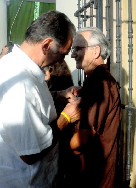 René González Sehwerert (I), Héroe de la República de Cuba, impone la Medalla de la Amistad a William (Bill) Hackwell, del Comité de Solidaridad con Los Cinco, realizado en la sede del Instituto Cubano de Amistad con los Pueblos (ICAP), en La Habana, Cuba, el 2 de octubre de 2014 . AIN FOTO/Oriol de la Cruz ATENCIO / Cubadebate