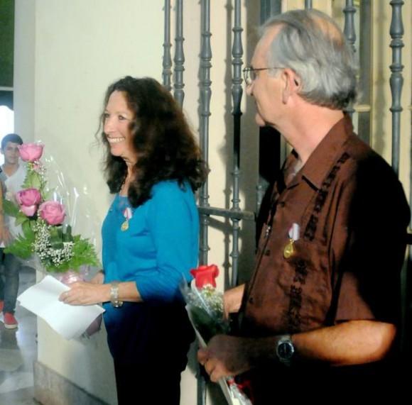 Acto de entrega de la Medalla de la Amistad a Alicia Jrapko (I) y William (Bill) Hackwell (D), del Comité de Solidaridad con Los Cinco, realizado en la sede del Instituto Cubano de Amistad con los Pueblos (ICAP), en La Habana, Cuba, el 2 de octubre de 2014 . AIN FOTO/Oriol de la Cruz ATENCIO / Cubadebate