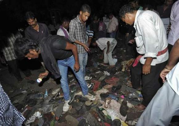 Personas buscan sus pertenencias después de una estampida en el este de India. Foto: Reuters.
