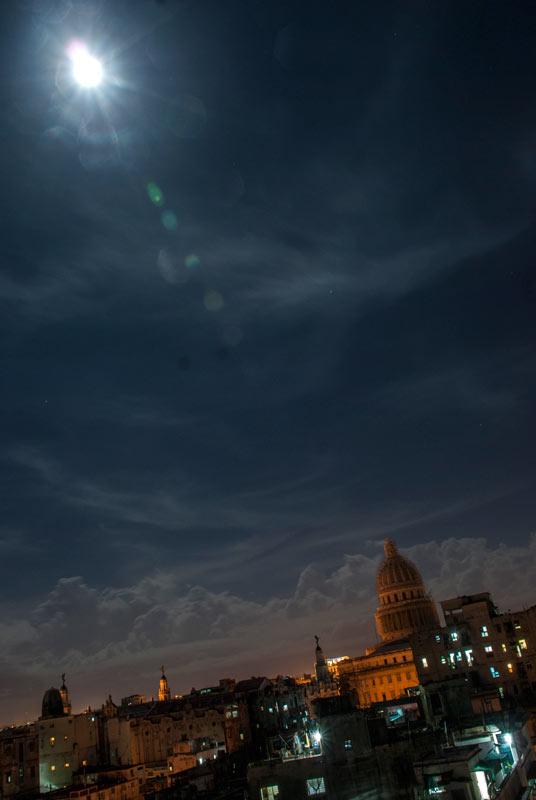 Noche de SuperLuna desde el barrio de Colón, La Habana. Foto: Katia y Kike / Cubadebate