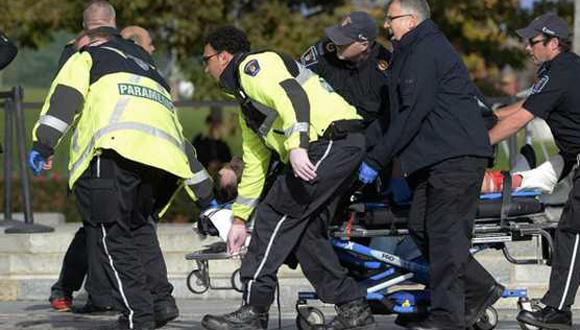 Paramédicos y policías transportan a una víctima del ataque. Foto: EFE.