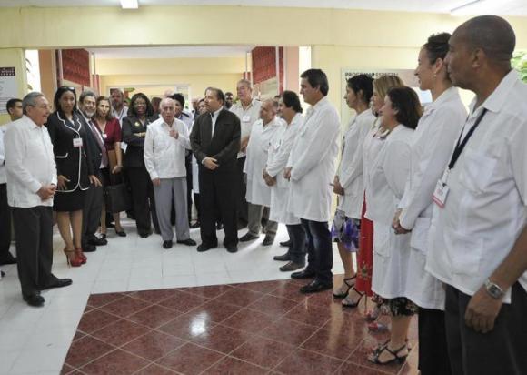 Raúl compartió valoraciones sobre la creación de la Escuela Latinoamericana de Medicina en la visita a la Unidad Central de Cooperación Médica. Foto: Estudio Revolución.