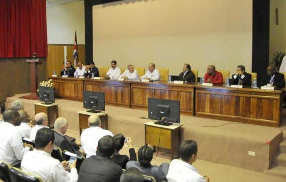 En el Instituto de Medicina Tropical Pedro Kourí, el ministro de Salud de Cuba, Roberto Morales, dio a conocer la composición del nuevo grupo de colaboradores. Foto: Estudio Revolución.