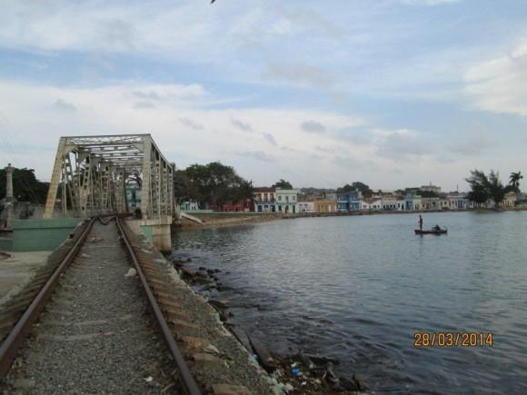 Puente ferroviario sobre el rio Yurumí que desemboca en la bahía de matanzas. Como dato curioso les digo que es el único puente ferroviario que hace una curva en Cuba. Foto: Henry Delgado Manzor / Cubadebate