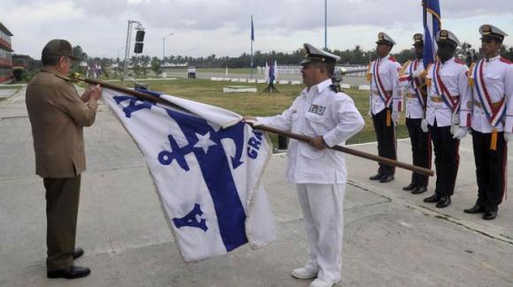 Raúl coloca orden Antonio Maceo en bandera de la Academia Naval. Foto: Estudios Revolución