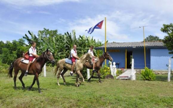 Todos los días Adrián, Alejandro y Yordan llegan a la escuela sobre sus caballos. Foto: Edelvis Valido.