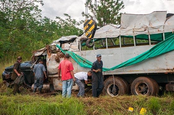 Los hechos se produjeron alrededor de las 10 y 45 de la mañana. Yaumar Hernández, quien viajaba en el vehículo dice que no podría precisar la velocidad, pero que sintió un gran frenazo, luego el camión se fue hacia la derecha y terminó volcado, pero inmediatamente comenzaron  a recibir auxilios, incluso él, que resultó ileso, contribuyó a extraer lesionados del camión que estaba ruedas para arriba. Foto: Periódico Guerrillero/ Pinar del Río