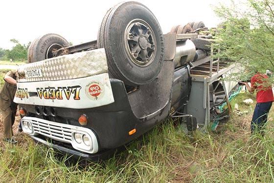 El kilómetro 95 de la Autopista Nacional, próximo al entronque de Los Palacios, se vistió de luto cuando el camión chapa P142883  –porteador privado– que traslada pasaje entre La Habana y Pinar del Río perdió el control y se salió de la vía, lo que provocó tres muertes y 64 lesionados, según datos preliminares. Foto: Periódico Guerrillero/ Pinar del Río.