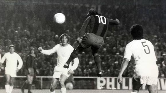 Sotil cabecea entre Zoco y Benito en el 0-5 del Barça al Madrid en 1974.