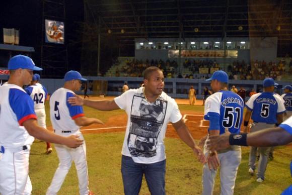 Peloteros de los conjuntos Granma (I) e Industriales (D), dan el recibimiento a  Alfredo Despaigne Rodríguez (C), jardinero izquierdo  de la selección provincial y el equipo Cuba, en el estadio Mártires de Barbados de la ciudad de Bayamo, provincia de Granma, el 8 de octubre de 2014, a su regreso de jugar en el equipo Chiba Lotte Marines, de la liga japonesa.   AIN FOTO/Armando Ernesto CONTRERAS TAMAYO/sdl