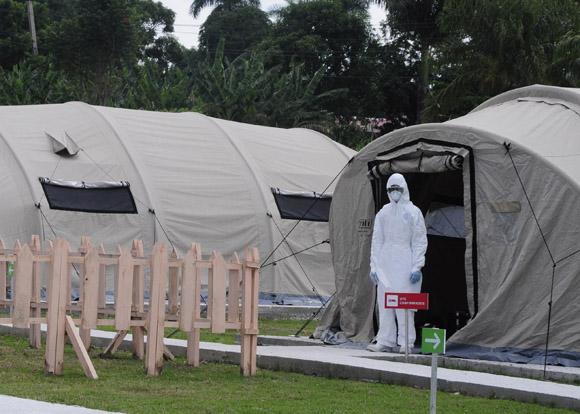 Participantes en Reunión Técnica de especialistas y directivos para la prevención y el enfrentamiento al virus del Ebola, visitan el IPK. Foto: Roberto Carlos Medina/Trabajadores.
