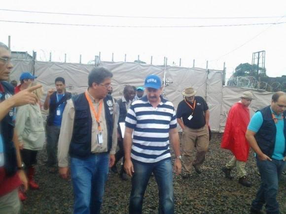 El embajador cubanos Jorge Fernando Lefebre Nicolás visita el hospital en Congo Town.