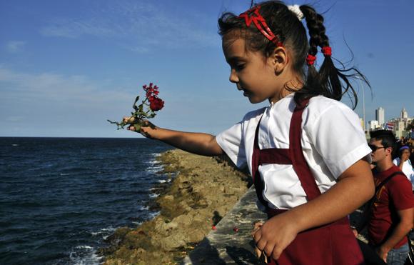 Cada 28 de octubre los niños cubanos lanzan flores al mar en honor a Camilo. Foto: Ladyrene Pérez/ Cubadebate.