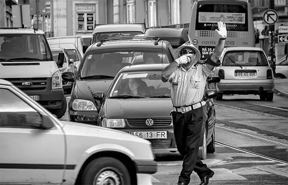 Un guardia de tráfico bailando en la calle en Lisboa, Portugal, ganó el premio de Europa, Oriente Medio y África.