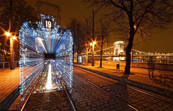 Con la imagen de un tranvía decorado para Navidad en una orilla del río Danubio en Budapest, Szabolcs Simo se alzó con el galardón de la categoría para fotógrafos de entre 16 y 25 años.