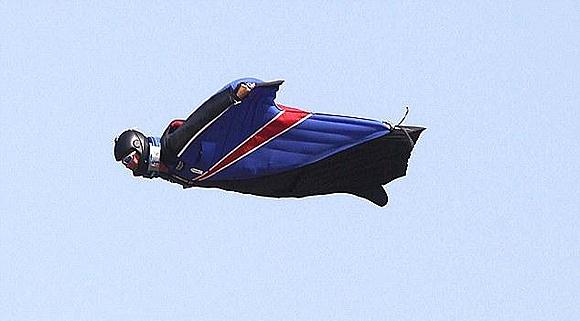 Un misterioso hombre vuela como Superman junto a un Airbus