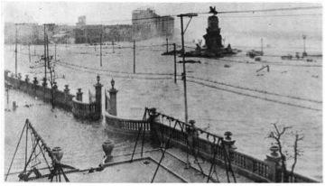 Inundación del Parque Maceo durante el huracán de 1926. Imagen tomada frente a lo que hoy es el Hospital Hermanos Almeijeiras. Combinación del efecto de la lluvia intensa (510 mm en 12 horas) y la inundación por el mar. (Tomado de la revista Carteles, Vol. 9, Nro. 44. 1926).