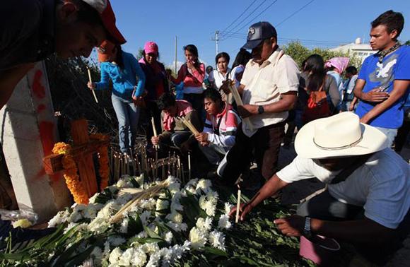 Familiares de los jóvenes desaparecidos y estudiantes de la Escuela Normal de Ayotzinapa participan en una celebración religiosa, este lunes. Foto / EFE.