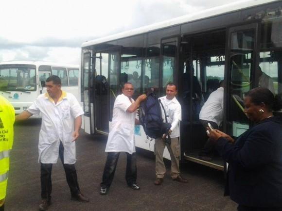 Llegada de los médicos cubanos. Foto: Embajada de Cuba en Gana.