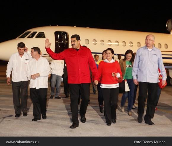 Nicolás Maduro llegó este domingo al aeropuerto internacional José Martí, en La Habana, para asistir a la cumbre extraordinaria del ALBA sobre el ébola. El mandatario llamó a los países del bloque a emprender acciones conjuntas para contrarrestar la amenaza de la enfermedad. Foto: MINREX