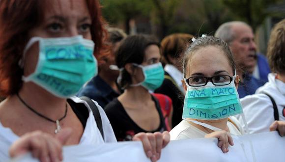 Personal del Carlos III se manifiesta a las afueras del hospital. Foto: Denis Doyle / Getty Images.