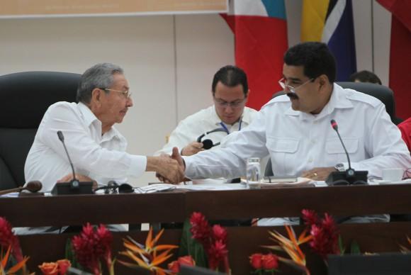 Raúl y Maduro conversan informalmente en un momento de la Cumbre de La Habana. Foto: Ismael Francisco/ Cubadebate.